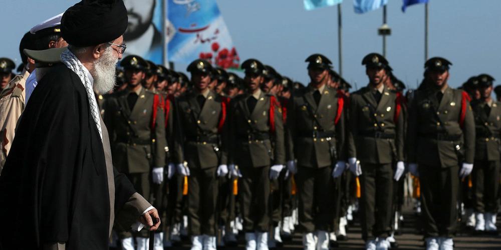 خامنئي وعرض للجيش الإيراني