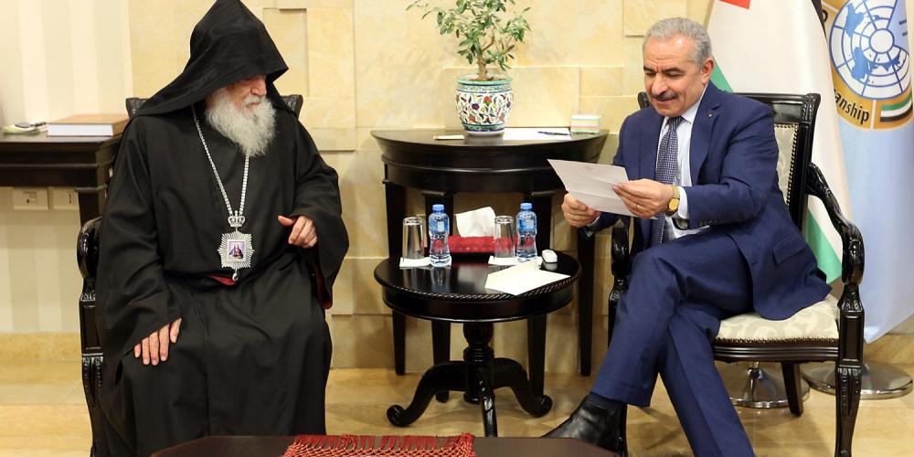 اشتية يتسلم دعوة لحضور قداس منتصف الليل لعيد الميلاد المجيد حسب التقويم الأرمني