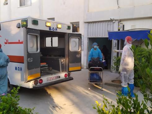 طاقم طبي يأخذ الاحتياطات من كورونا بمشفى بقطاع غزة