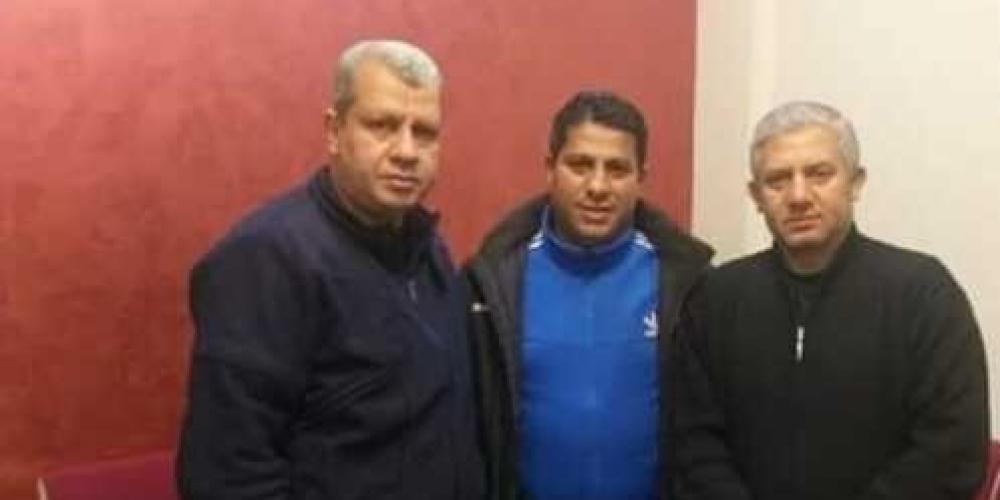 رئيس مجلس إدارة التفاح عاطف حمادة ومدير الكرة أسامة حسونة مع المدرب أبو الصادق