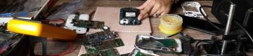 بابل.. فتاة تمتهن صيانة الهواتف الذكية داخل منزلها