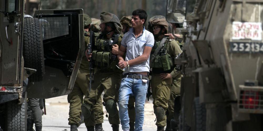 جيش الاحتلال يعتقل فلسطينيا