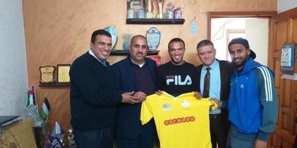الحارس اياد ابو دياب في الوسط يرفع قميص شباب جباليا
