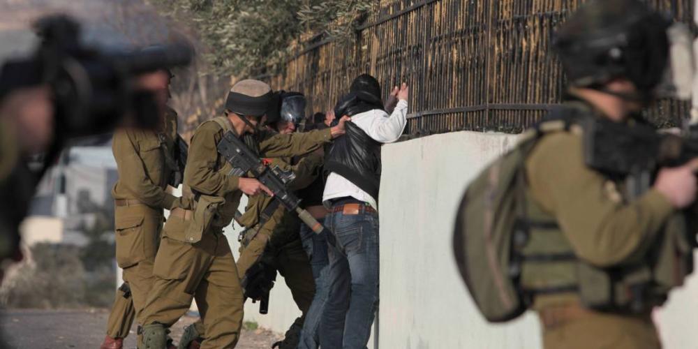 جنود الاحتلال خلال اعتقالهم شابا في القدس المحتلة