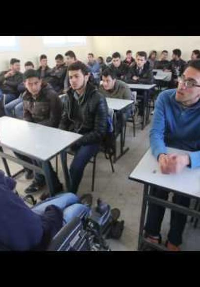 مقعد يطوف مدارس غزة لتغيير النظرة تجاه ذوي الإعاقة