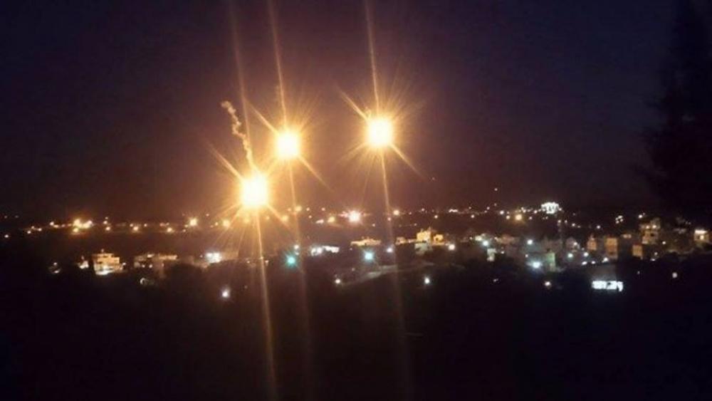 قنابل مضيئة أطلقها الاحتلال بحثا عن المنفذ