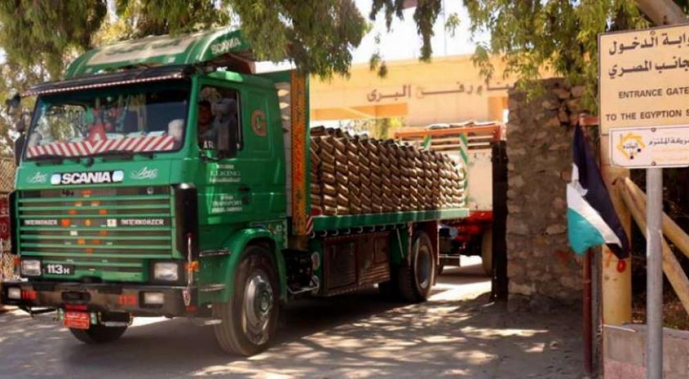 شاحنة تقل أسمنا مصريا تدخل إلى قطاع غزة عبر معبر رفح
