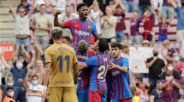 فرحة فاتي مع لاعبي برشلونة