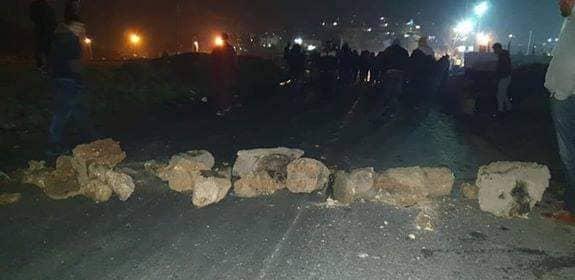 وكالة الصحافة الفلسطينية - أهالي مخيم الفوار يغلقون مدخله احتجاجًا على انقطاع الكهرباء